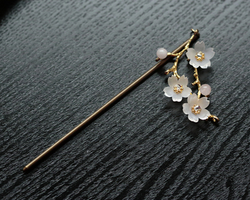 春にぴったりな桜のかんざし。ヘアアクセサリーに四季折々のお花を取り入れて、ヘアスタイルで季節感を演出するのも素敵ですね。