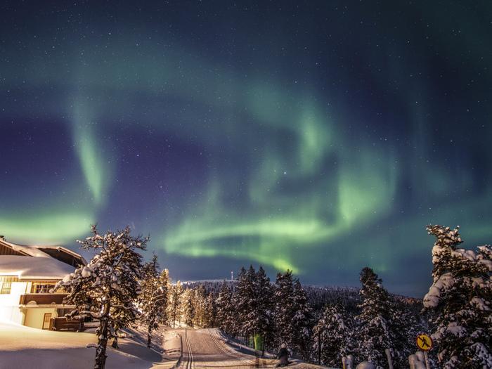 ラップランドに住む先住民族・サーミの伝説によれば、キツネが丘を走るときに尻尾が雪原に触れ、それが火花となって巻き上がり、夜空に光となって現れる…それがオーロラで、フィンランド語では「狐火」を意味するレヴォントゥレット(revontulet)と呼ばれています。