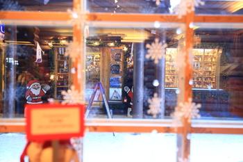 フィンランドでは1年中サンタクロースに会えます♪(住人ですから!) ロヴァニエミのオフィス(!!)でサンタさんとおしゃべりを楽しんでみて。でも、プレゼントのおねだりはご遠慮くださいね。