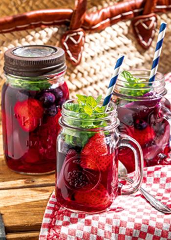 ホームパーティで喜ばれそう!イチゴや白桃がゴロゴロ入って、さらにミントの葉が鮮やかな「ベリーアイスティー」です。ローズヒップとハイビスカスティーの酸っぱさに、ベリーや桃のジューシーな甘みが加わって、ゴクゴク飲めちゃいますよ。フルーツを食べるのは、最後のお楽しみ♪