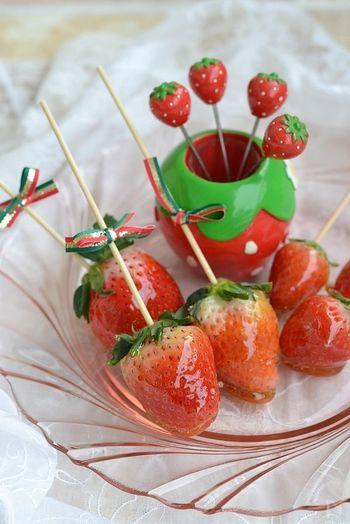 パリパリっとした飴のコーティングを噛むと、ジワっと溢れ出す果汁がクセになる「イチゴ飴」♪お祭りの屋台みたいで、みんなで食べたら盛り上がりそう!一口サイズなので、りんご飴やあんず飴などと比べてパクパク食べやすいのがうれしいですね。