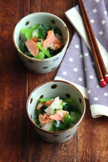 鮭のおろし和えは、ちょっとした箸休めにあるとうれしい一品。大根おろしと小松菜で、さっぱりといただけます。色合いもよく、鮭一切れで4人分作れるコストパフォーマンスも◎