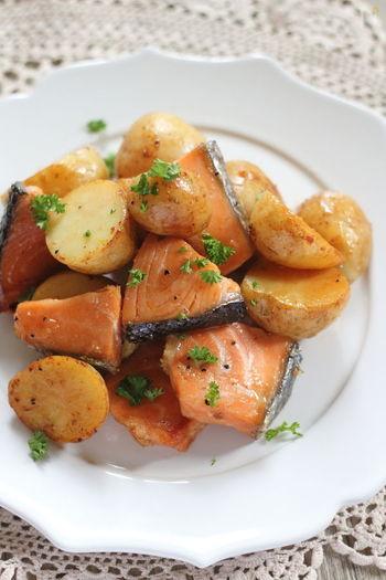 鮭とじゃがいもを炒め合わせて、醤油バター味に。こっくりとした味わいは、白いごはんが進むリピートしたくなる美味しさ!一口大に切ると食べやすく、味も染み込みやすくなりますよ。