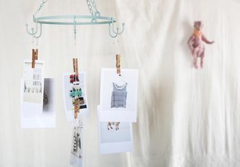 こちらはセリア(100均)の商品を使って作られたハンギングフォトハンガー。風でクルクル回る写真が素敵です。