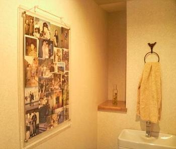 大き目の透明パネルに、家族写真などをランダムに飾って。リビングもいいですが、玄関やトイレに飾ることで、来客時のちょっとした話題の種に♪