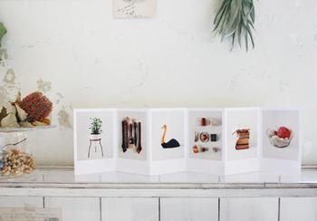 こちらも立てて飾るだけの簡単ディスプレイ。写真をテープなどで縦に貼り合わせてジャバラ式にしたものです。