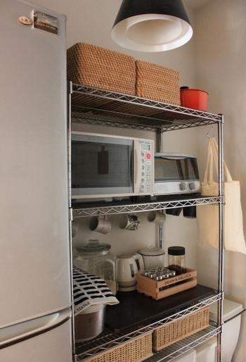 キッチンにスチールラックを置くと電子レンジなどの家電も収納出来るので空間をより有効に使えるようになります。  さらにフックがかけられるのもスチールラックの魅力で、袋やケースの収納グッズを加える事で自由にオリジナルのオシャレなスペースに出来るんですよ♪