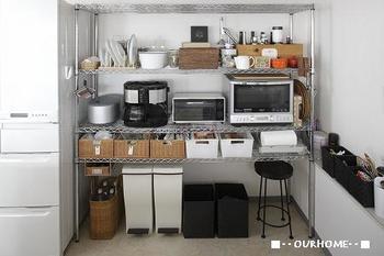 自由度の高いスチールラックは、細々したものが多いキッチンで使われている方が多いですね。 電子レンジや、トースターなどどうしても生活感のでがちなアイテムもすっきり収納でき、うまくまとめてくれます。