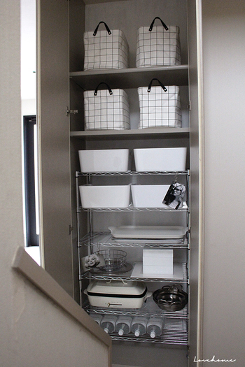 部屋の中に隙間スペースはないですか?ほんの少しのスペースでもスチールラックがあると高さの分も活用出来ますので、今までより収納スペースを増やせるようになります。  ホワイトやシルバーなど同色の物でまとめると、統一感も出てGOOD!アイデア次第でオシャレで見やすい空間にする事が出来ますよ。