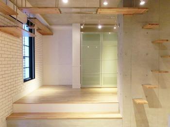 壁と天井を利用したキャットウォーク。棚板と床の色が統一されているので、まるで壁のアクセントのように馴染んで、落ち着いた雰囲気がステキです。
