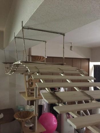 吊り橋のようなキャットウォーク。金具などで天井に固定するだけなので、賃貸マンションなどでも少しの補修で設置可能だそう。