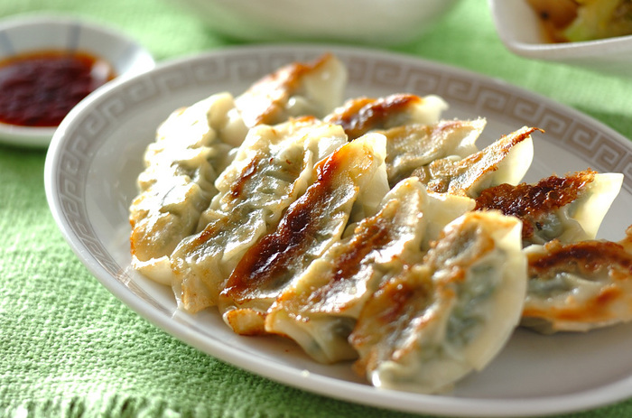 """二人前の餃子なのに、なんとほうれん草が丸ごと一把!使った野菜が""""ほうれん草""""なだけで、あとは基本の餃子と同じです。下準備としてほうれん草に塩をふって少しもんで10分おき、水気をしっかりしぼって餡にします。ちょっとコクのあるほうれん草の風味が味わえ、鉄分もたっぷりの餃子に。クセになる美味しさです。"""