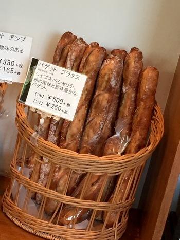お店の代名詞とも言われるのは海洋深層水、フランス産のオーガニック小麦をブレンドして作る『バゲット・プラタヌ』は…。↓↓
