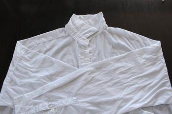 こちらは、シャツ類などシワが付きやすい衣類をできるだけ綺麗な状態で乾かせるよう、干す段階でひと手間かけておくアイデアです。まずは脱水の終わった洗濯物をまだ濡れた状態でたたみ、手で綺麗に伸ばします。