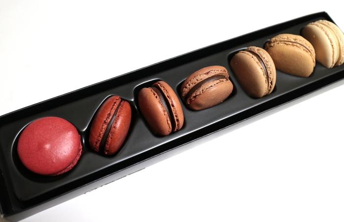 """ロールケーキ『小山ロール』で全国区の人気店になった、シェフパティシエ小山進氏率いる「PATISSIER eS KOYAMA 」(兵庫県三田市)。内外のコンクール受賞歴も多く、""""2017食べログ百名店""""に選出されました。 ケーキだけでなく、創作チョコレートも高評価。画像は『MC-07』。高級品種のチョコレートを扱うイタリア・ドモーリ社から仕入れた産地が異なる7品種を用いたマカロンです。"""