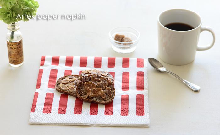 モダンで華やかなSIENA柄が、ティータイムにさりげないキュートさを添えてくれます。乗せたパンやお菓子がより一層おいしそうに見えて、テンションがあがりますね!