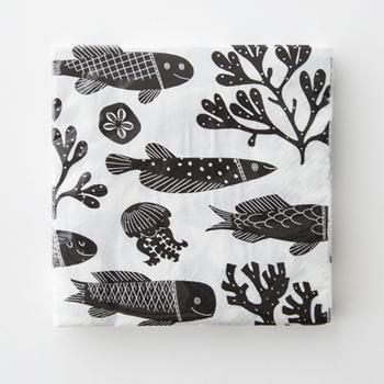 陶芸作家の鹿児島睦さんが描く魚のテキスタイルを、アートディレクターの前田景さんがパズルのように組み合わせ、ペーパーナプキン用にデザインしました。