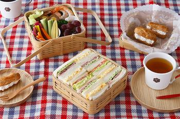 ピクニックに使いたい竹のお弁当箱も、ペーパーナプキンを敷いて使えば汚れも気になりませんし、華やかになります。