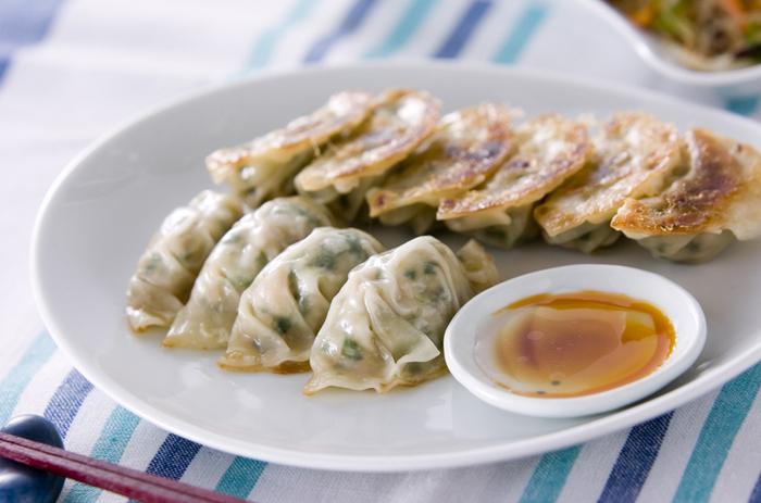 ツナ缶は汁気をきっておきます。そして合わせるのは大和芋(長芋)を5~6ミリの角切りにしたもの。後は定番のひき肉(鶏ひき肉)と野菜(白ネギとニラ)を使います。餃子に魚(ツナ)をあわせ、鶏ひき肉を使うことでとてもヘルシーな仕上がりに。ぜひ、お酢、お醤油とラー油を使った手作りのつけダレでどうぞ。