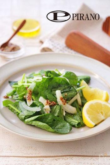 サラダほうれん草と玉ねぎだけで作るシンプルなサラダを、レモンとマスタードの酸味のきいたドレッシングでよりさっぱりと。