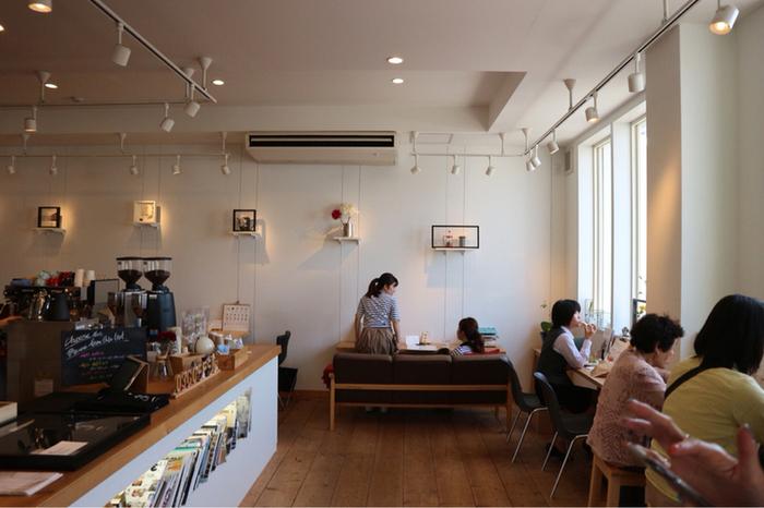 白を基調とした店内は、まるで海外のような雰囲気。コの字型の大きなカウンターから、コーヒーのいい香りが漂ってきます。