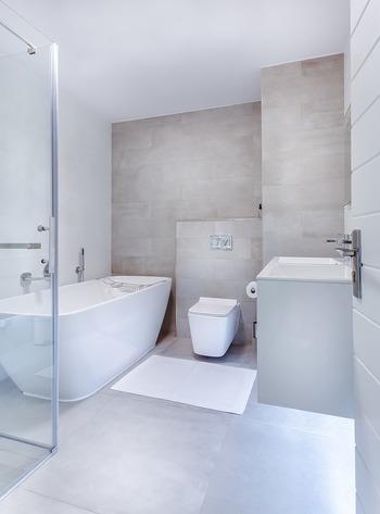 「ユニットバス」=トイレとお風呂が一緒になったバスルームだと認識している人が多いようですが、正しくは工場であらかじめ作られた天井や壁・床・浴槽などの部材を、現場で加工せずに組み立てるだけの浴室のことです。
