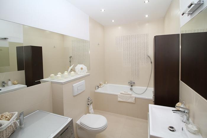 ワイドな鏡は空間を広く見せるのに最適なアイテム。壁一面に貼れば、バスルームが2倍の広さに感じられるかも?