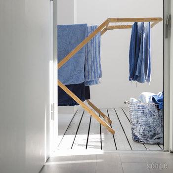 お洗濯の工程は、基本的に「洗う」「干す」「取り込む」「たたむ・しまう」の4ステップです。この一連の作業をバラバラの場所で行っていると、その往復だけでも余計な労力がかかってしまいます。この工程のうち、いくつかの段取りをまとめたり、作業場所を集約することで、洗濯全体にかかる手間をもっと軽減できるかもしれません。