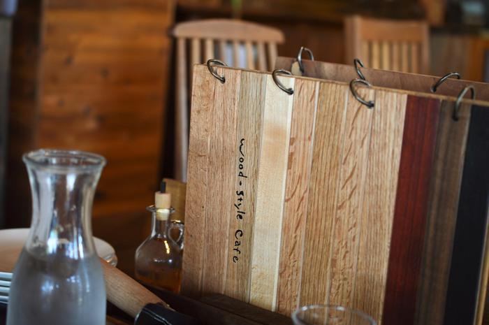 メニューも木で作られているというこだわり。ちなみに、カフェにあるテーブルやイスは購入することができるんだそう。