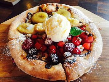 アイスクリームとフルーツがたっぷりトッピングされた、甘~いデザートピザも美味しいのでぜひ!