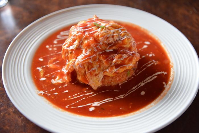 人気メニューの「オムライス」は、ふわふわの卵に自家製トマトソースがたっぷりとかかっています。卵のまろやかさとトマトの酸味が絶妙で、ファンが多いのも納得の逸品です。