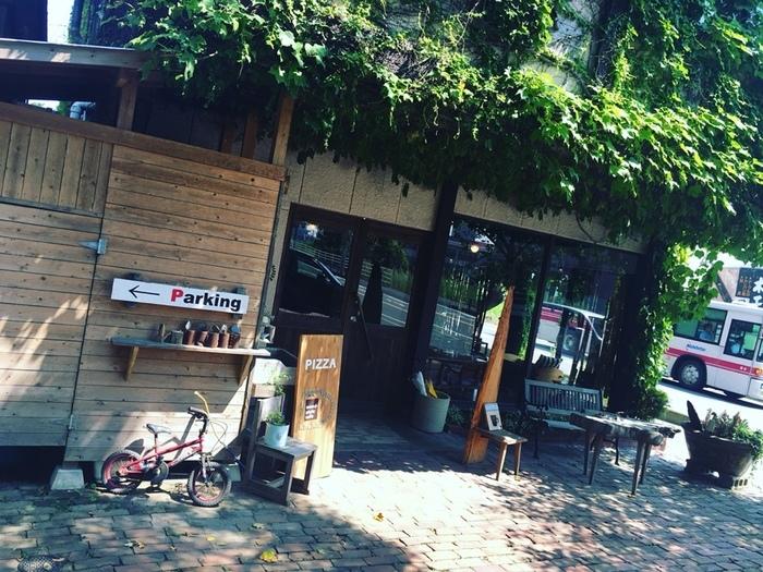 いわい家具の敷地内にあるカフェ「wood-style cafe」。カフェの建物全体がグリーンで覆われているため、なかなかカフェだと分かりにくいですが、ナチュラルな雰囲気と美味しいお料理が評判です♪