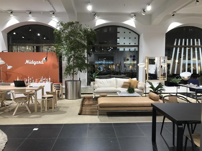 2016年にリニューアルされた2フロアに渡る旗艦店は、ヘルシンキのメインストリート・ケスクスカトゥにあります。Art(芸術)とTechnology(技術)が見事に融合したシックでモダンなデザインは驚くばかり。テーブルや椅子などを日本まで持って帰るのはちょっと難しいですが、インテリア雑貨も充実しているので、お店に立ち寄ってみてくださいね。