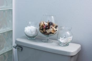 コットンや綿棒はガラスの器に入れて収納。 さりげないのにおしゃれになります。
