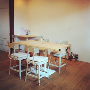 店内は、白を基調したナチュラルな雰囲気。カウンター席もあるので、一人で気軽に入れるのも魅力です。