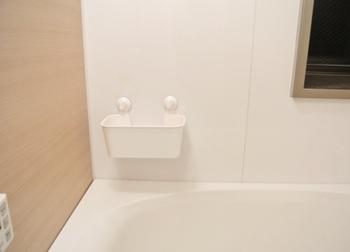 壁に吸盤で取付けるのもオススメです。 壁や浴槽と近い色のものを選べば、目立たずすっきり収納できます。