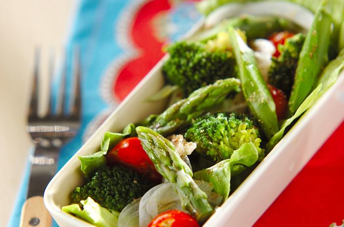 作り方は、とってもシンプル。サラダとして食べたい野菜を用意したら、あとはオリーブ油、バルサミコ酢、塩・コショウで味を整えて、出来上がり♪ブロッコリーや新玉ネギなどの春野菜も一緒に取り入れて、酢の甘酸っぱさで甘み引き立つ、春満載なサラダを楽しみましょう。バルサミコ酢を、ポン酢しょうゆで代用しても、和の味わいで美味しいですよ。