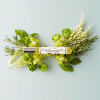 爪以外の部分にも使えるオイルなら、ササッと手全体にも使えて便利。ほのかな香りがついていると、気持ちまでリラックスできます。