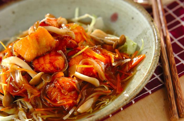 揚げ鮭に野菜たっぷりのあんかけをかけた一品。カラッと揚げた鮭がジューシーで甘めのあんがよく絡まり、魚が苦手なお子さんでもきっと喜んで食べてくれるはず。