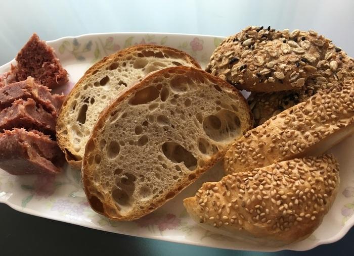 「ベッカライ リンデ」は東京・吉祥寺のサンロードに1995年にオープンしたカフェ併設のドイツパン専門店です。 画像は同店のドイツパンたち。ドイツパン特有の固さや酸味が苦手という方におすすめなのが、画像右の『プレーンカイザー』(ドイツ~オーストリアの食事パン)。軽い食感で酸味もナチュラル。前出のシャルキュトリーと一緒に頂くと、お互いの味を引き立てあって、よりおいしく。ドイツパンに対する感覚が変わることうけあいです♪
