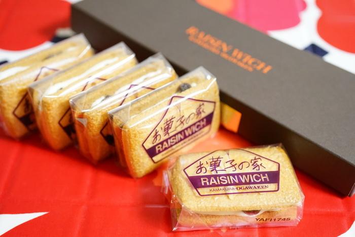鎌倉の観光土産として小川軒の「レーズンウィッチ」のファンは多いはず。サクッと軽めの生地に、ラムレーズンとなめらかなクリームをサンドしています。「お菓子の家 鎌倉小川軒」は、1988年東京代官山の「小川軒」より独立し、他に「巴裡 小川軒」「御茶ノ水 小川軒」もありますが、4店の「レーズンウィッチ」のお味は少しずつ違うそうですよ。