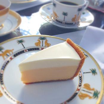 カフェで頂けるチーズケーキが絶品。 美しい3層の断面は、外側にシナモンが香るビスケット生地、そして滑らかなクリームチーズ層の上に爽やかなサワークリームの層です。つるんとした口当たりに濃厚な味わいは、まさに至福の味。
