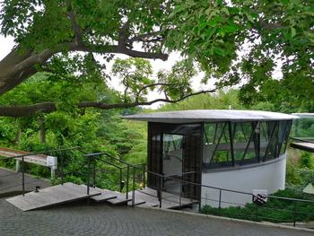 鎌倉山にあるこのアートのような建築…「ハウス オブ フレーバーズ ホルトハウス房子の店」です。30年以上も料理教室を主催している料理研究家ホルトハウス房子さんの自宅に併設されたカフェ。