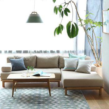 こちらでは日当たりのよいリビングのソファ横に大きな木を置いています。空間にアクセントを生むと同時に、お部屋を爽やかな印象にします。ソファでくつろぐ時もさらにリラックスできそうです。