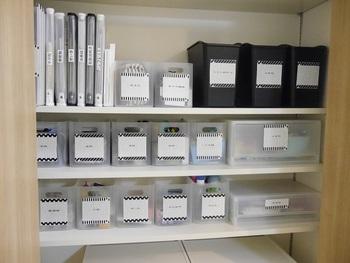 ファイルボックスや引き出しにはお揃いのネームラベルを貼って。それだけで統一感が生まれます。