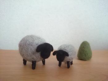 こちらの羊のマスコットは、シンプルデザインなので羊毛のふわふわな手ざわりや優しい風合いがより引き立ちますね。体の丸みやうしろから見たおしりもとっても可愛いんですよ。