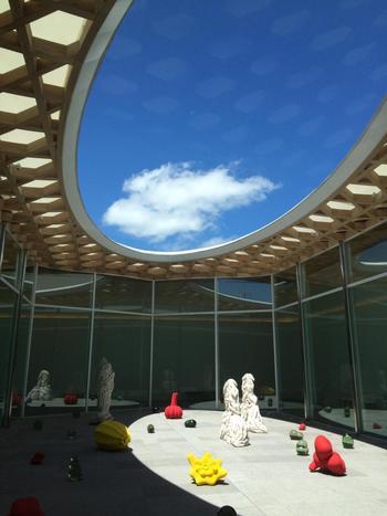 """徳丸鏡子さん・礒﨑真理子さん・高橋禎彦さんのインスタレーション「天庭」は、""""季節や天候を作品を通して感じてもらおう""""という想いが込められた作品です。吹き抜けのような天窓からはぽっかりと空が見えて、作品に光が降り注ぐ様子もアートの一部に。季節や天候によって変わるので、行くたびに違った表情の作品に出会えます。"""
