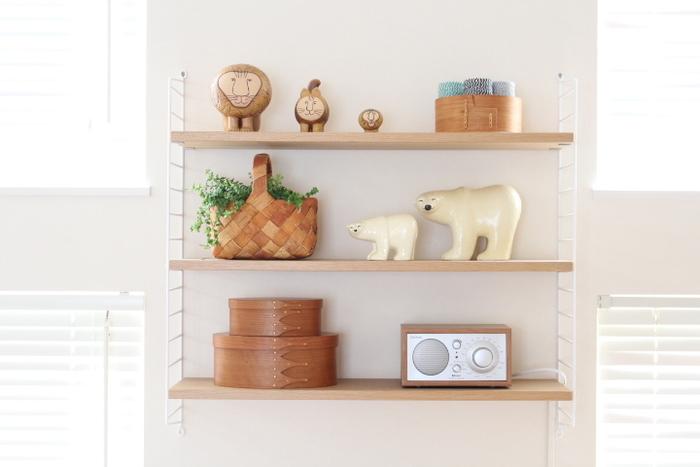 飾る雑貨のテイストや色味を統一することで、まとまりのある雰囲気に。白樺カゴやバスケットなど、おしゃれと実用性を兼ねた見せる収納アイテムを上手に取り入れています。