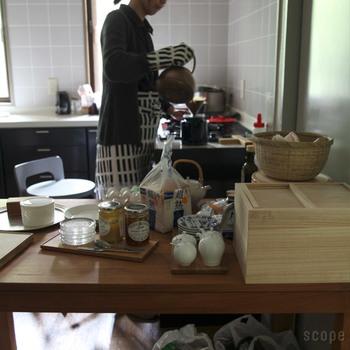 毎日の料理で使うキッチンには、気付けば膨大な量の調理道具や器、雑貨、食材のストックなどが集まっています。これらを上手く整理できないと、台所仕事はイライラが募るばかり。まずは、自分にとって一番使いやすいキッチンのスタイルに整理してみましょう。