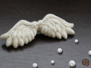白い羊毛フェルトとビーズだけで作ったブローチ。美しいですね。ニードルで仕上げ、ビーズを糸で縫い付けているそうです。